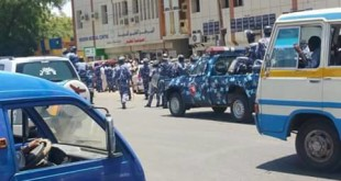 Crowds and police gather outside the criminal court in Khartoum Bahri to attend a trial